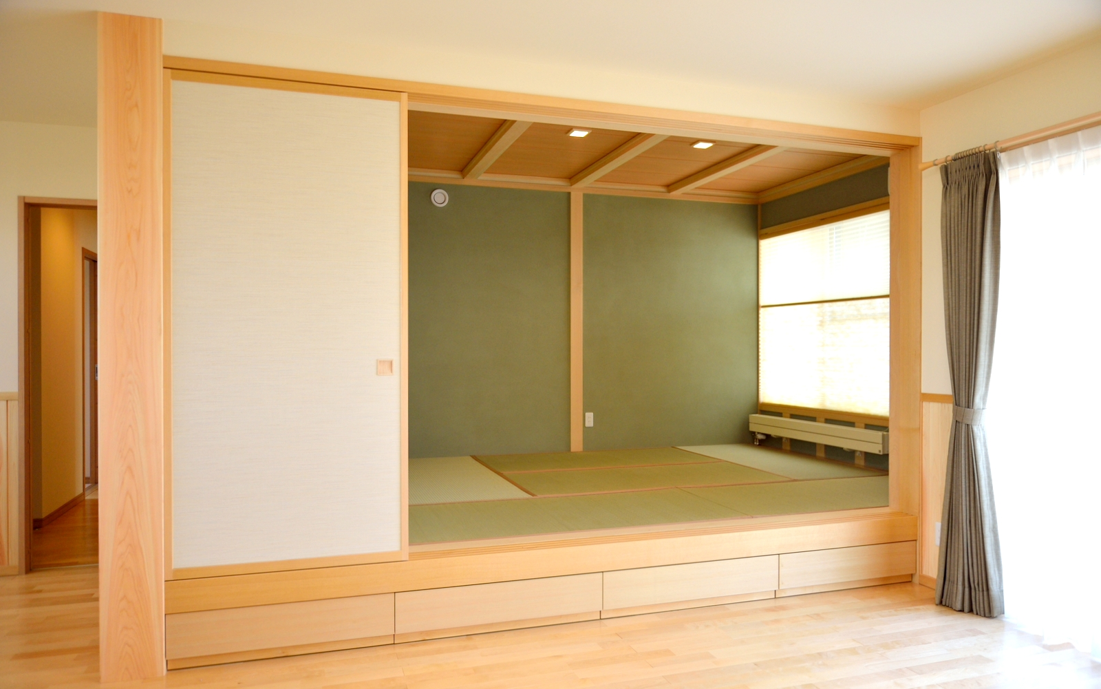 あると落ち着く畳スペース、小上がりにして畳下にも引出し収納を設置