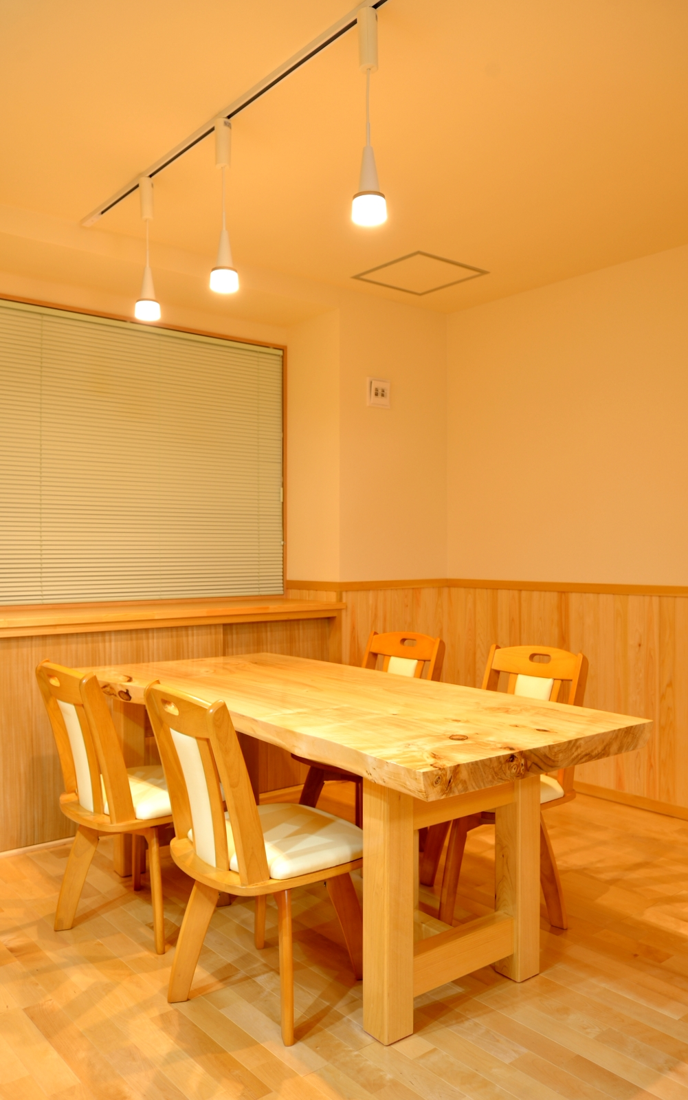 1F食卓テーブルは当社オリジナルで、天板は無垢の一枚板