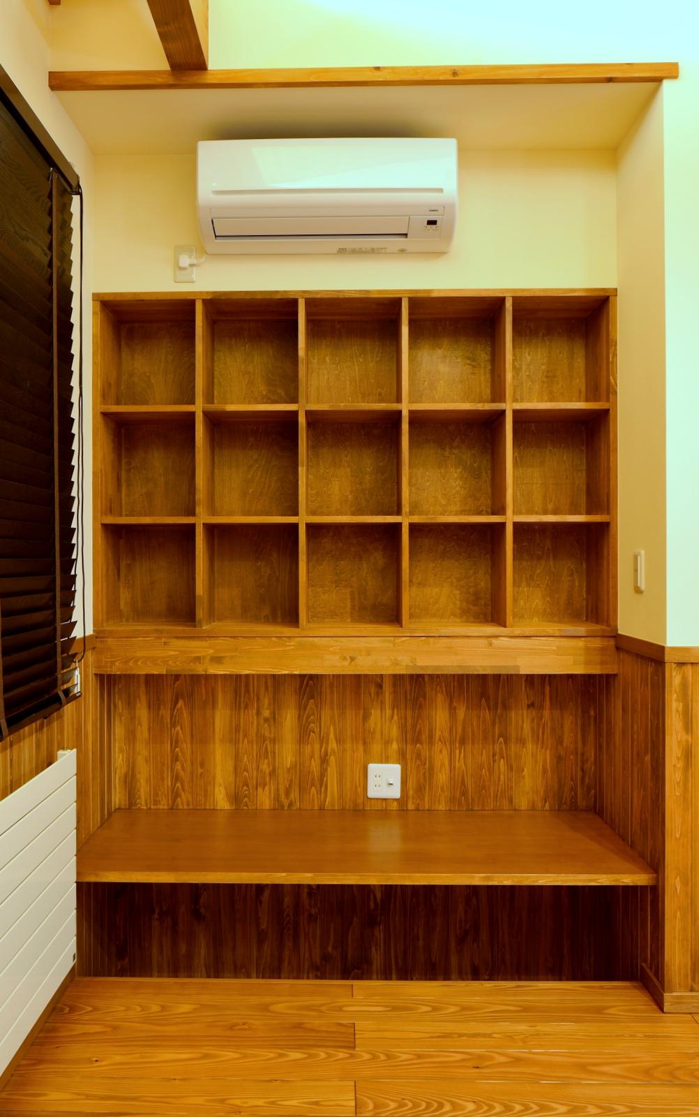 書棚を備えた書斎スペース、床に下がりをつけて空間を確保